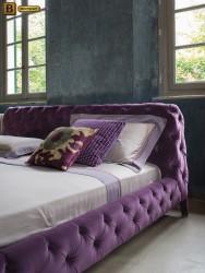 кровать капитоне Скиллачи фиолетовая в интерьере