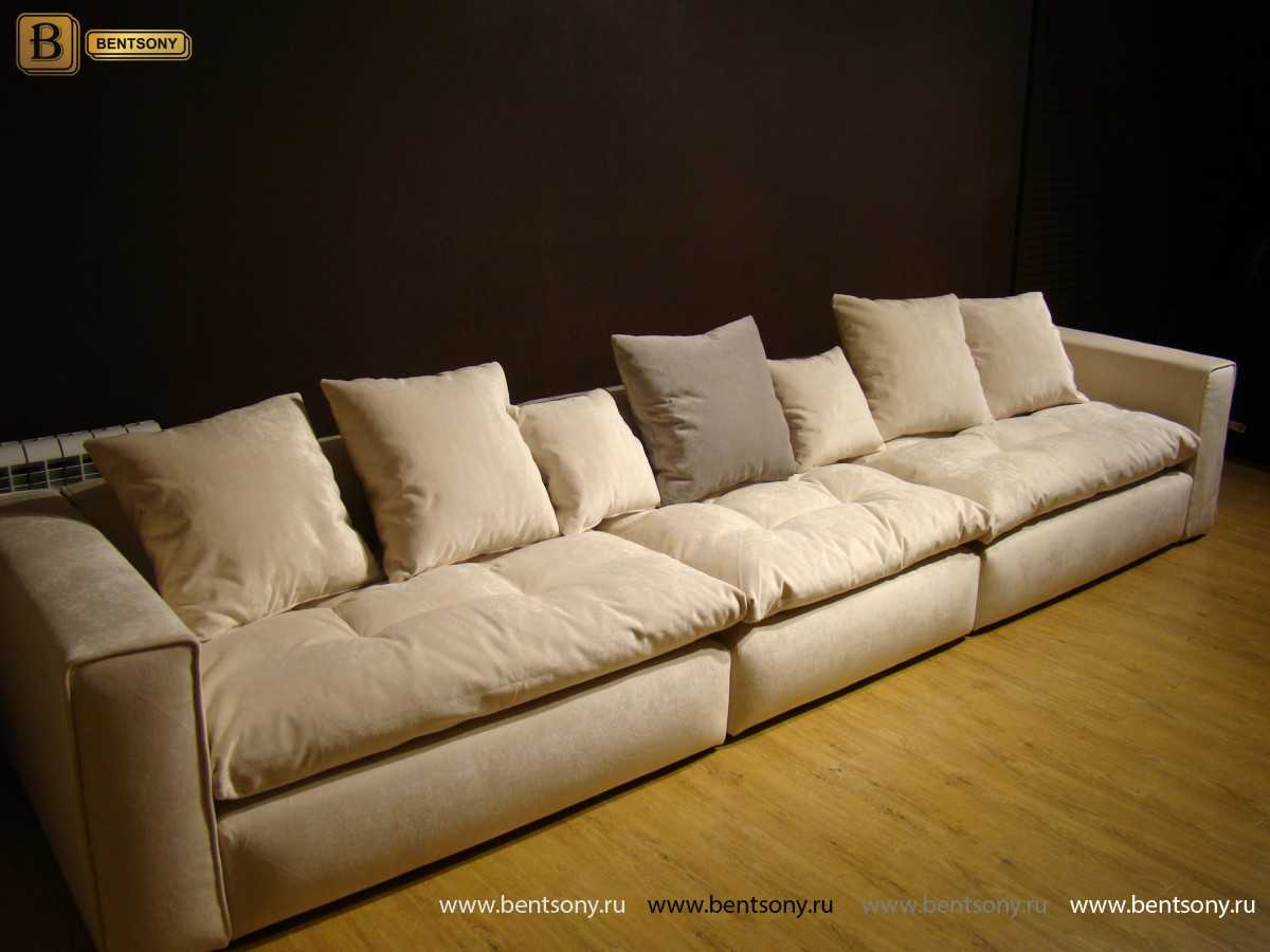 Мягкий диван с подушками прямой