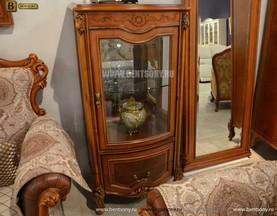 Витрина Флетчер для предметов декора (Классика, массив дерева) в интерьере