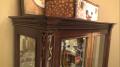Витрина Крофорд для предметов декора (Классика, массив дерева) в интерьере